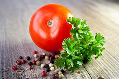 Die bei Kinderwunsch sehr wichtige Folsäure ist unter anderem in Tomaten enthalten.
