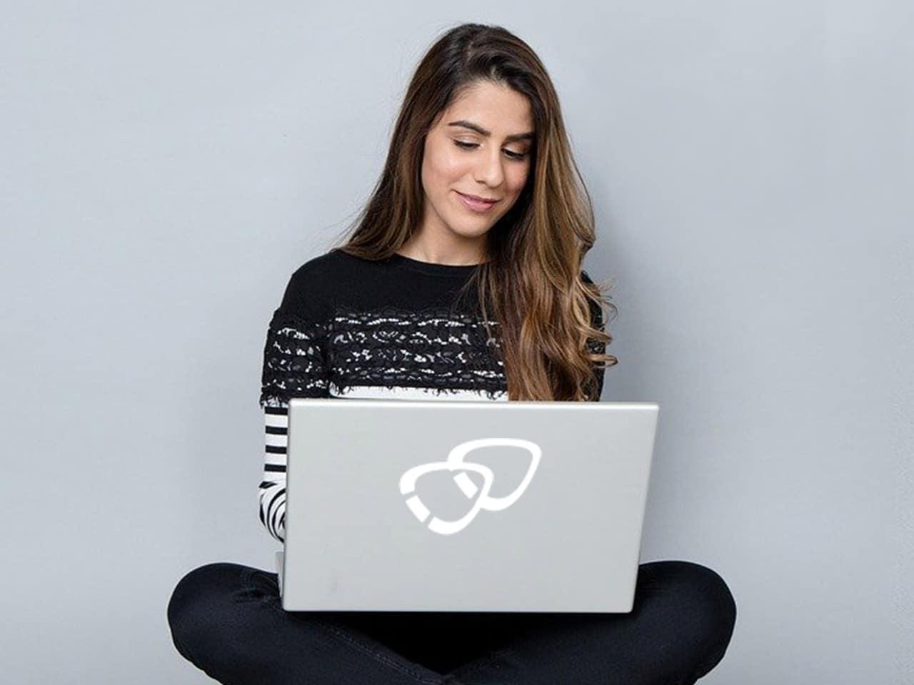 Bild zeigt eine Frau am Laptop.