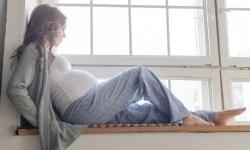 Frau, die nach einer Fehlgeburt erneut schwanger geworden ist und auf ihren Geburtstermin wartet.