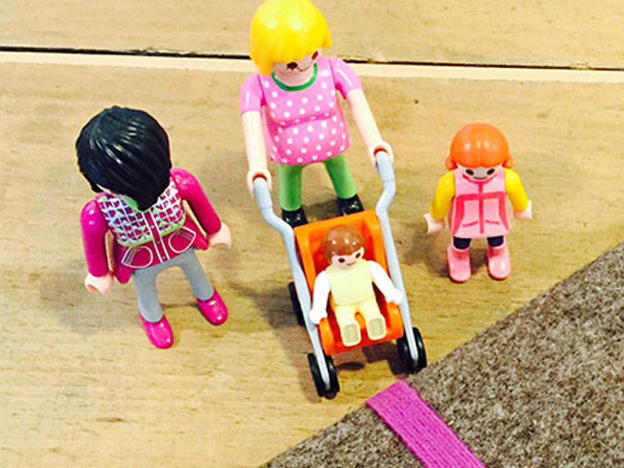 Eine Familie aus Playmobilfiguren zeigt eine Familie - Die Eltern mit 2 Kindern.