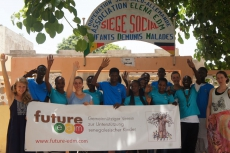 Future E. D. M. vor dem Bildungszentrum M'bour, Senegal