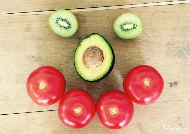 Gesunde Ernährung mit den richtigen Vitaminen und Mineralstoffen kann helfen, PMS-Beschwerden entgegenzuwirken.