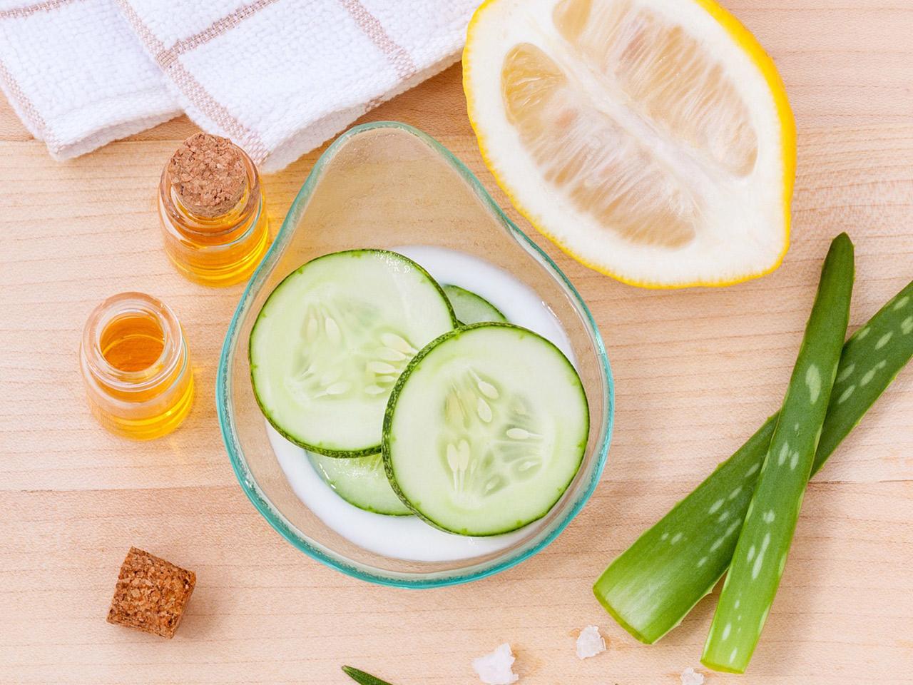 Eine optimale Hautpflege gegen unreine Haut ist an die verschiedenen Zyklusphasen angepasst und umfasst Cremes mit gesunden Inhaltsstoffen.
