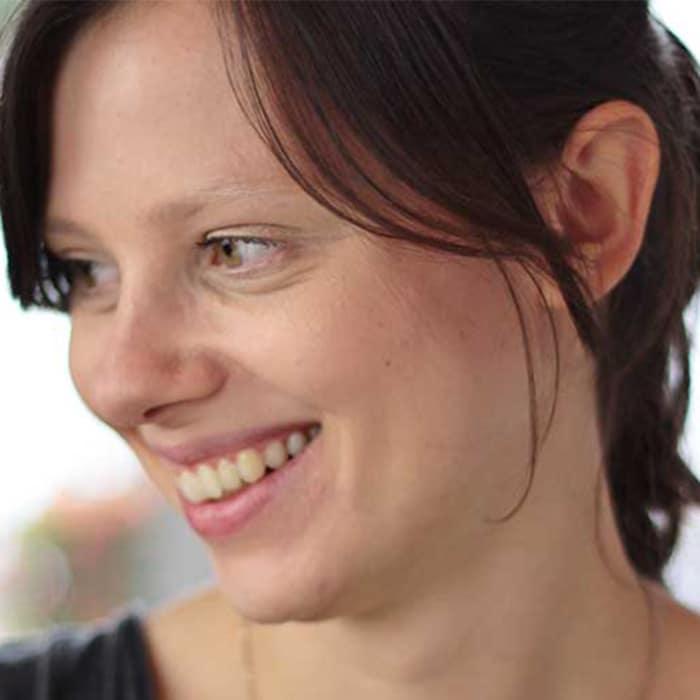 Portrait von Maggie, die auf ihrem Blog We are the Ladies über alternative Verhütungsmethoden schreibt.