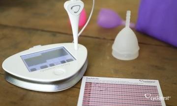 Wissen über die Menstruation sammeln mit Minicomputer, Kalender und Menstasse.