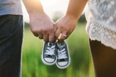 Mit NPF kann man gezielt schwanger werde, so dass man dann als Paar süße Kinderschuhe kaufen gehen kann.