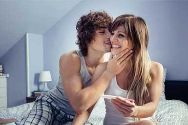Ein Ovulationstest hilft der Frau und dem Mann, schneller schwanger zu werden.