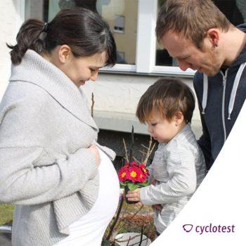 Unser Testimonial Julia, die mit cyclotest myPlan schnell schwanger wurde, mit ihrer Familie.