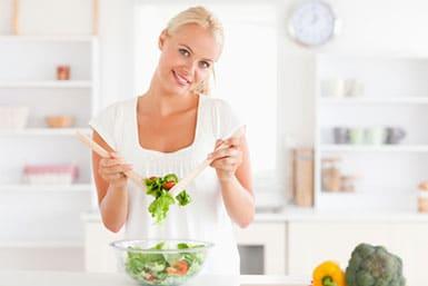 Eine gesunde Ernährung beispielsweise durch Salat ist ein wertvoller Tipp zum Schwanger werden.