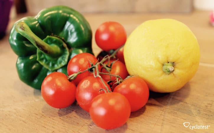 Gemüse ist wichtig bei veganer Ernährung. Pflanzliche Lebensmittel liefern wichtige Vitamine.